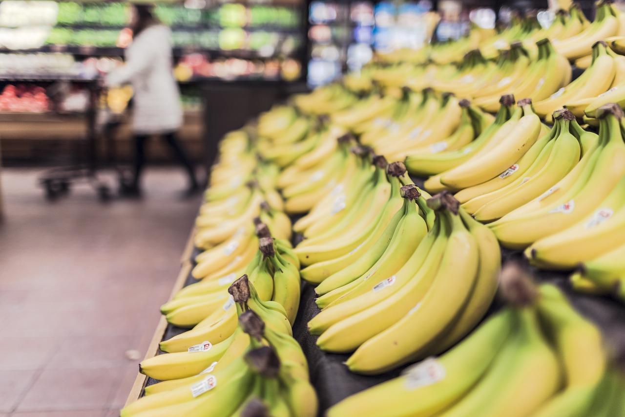 棚に陳列されたバナナ