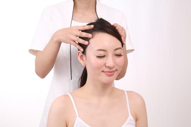 頭皮マッサージを受ける女性