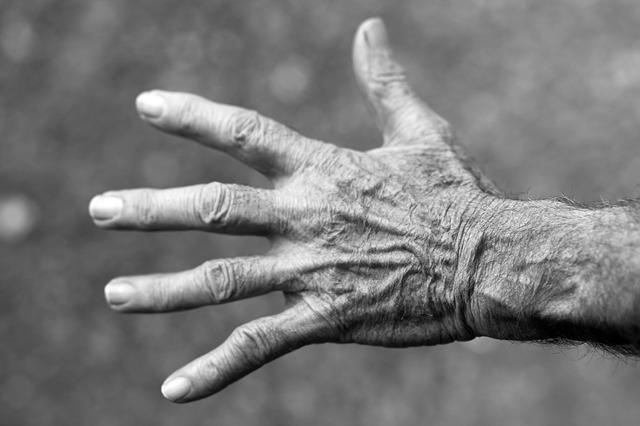 シワシワの手