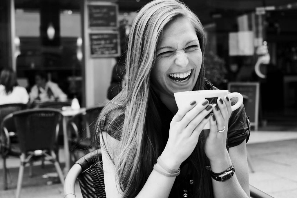 笑顔でティータイムを楽しむ女性