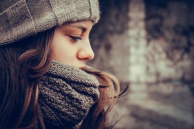防寒対策をする女性