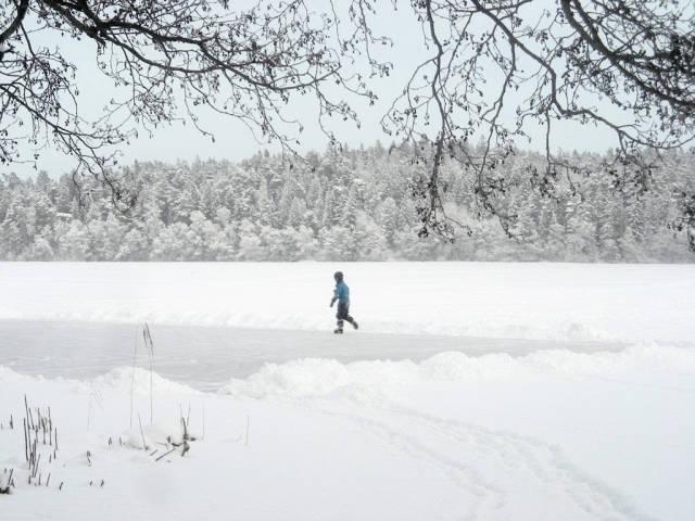 雪道を歩く人