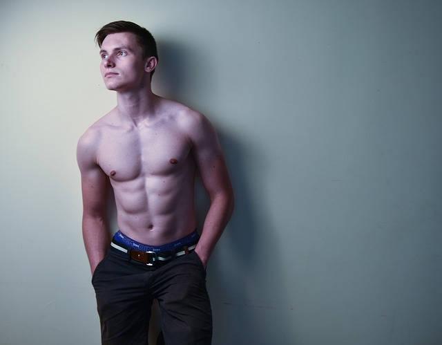 上半身が裸の筋肉質な男性