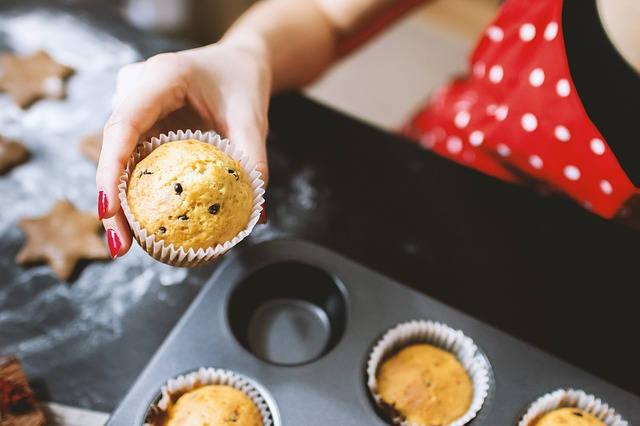 パンケーキを作る女性
