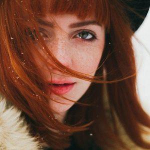 冬なのに顔のテカリが気になる人へ!意外な原因と正しいスキンケア&おすすめアイテム