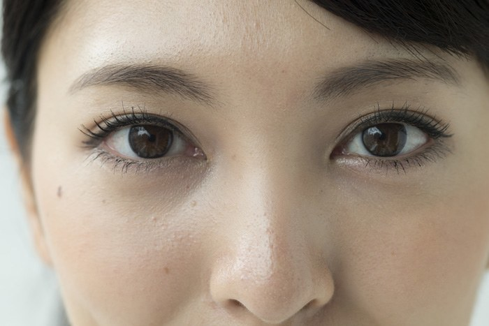 美しい自眉の女性