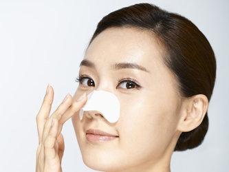 鼻に毛穴パックを貼っている女性