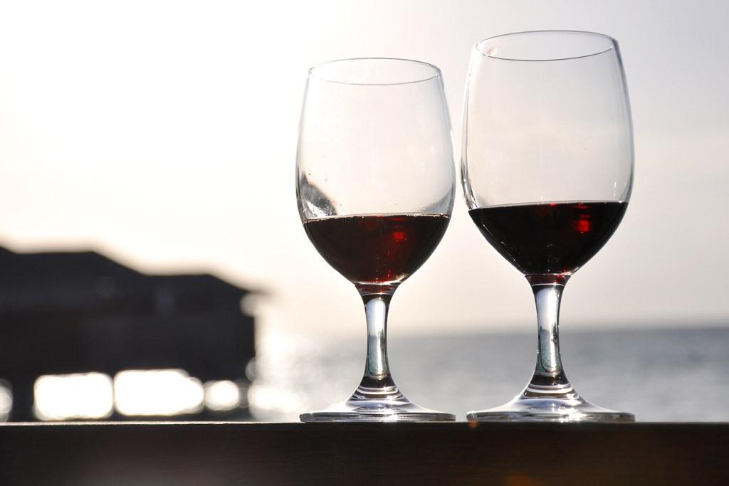 赤ワインが入っている二つのワイングラス