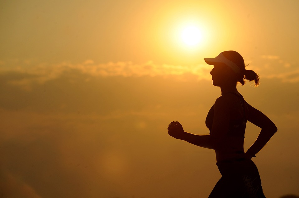 太陽の光を浴びながらジョギング