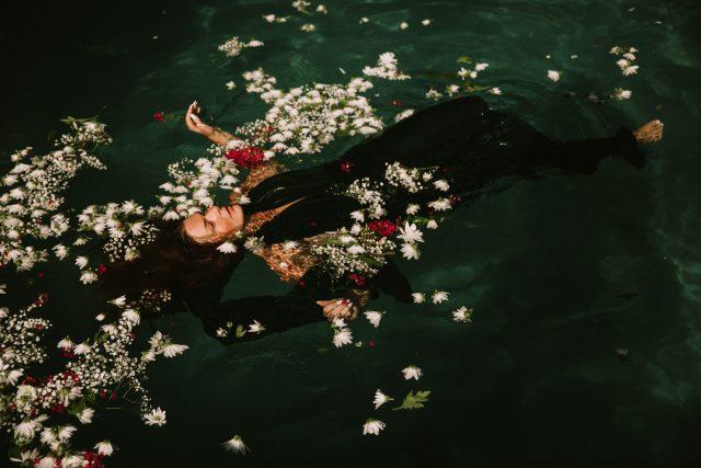 プールで浮かぶ女性