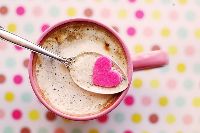 カフェラテとハート形のお菓子