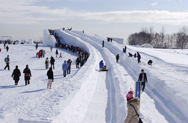 雪の巨大滑り台