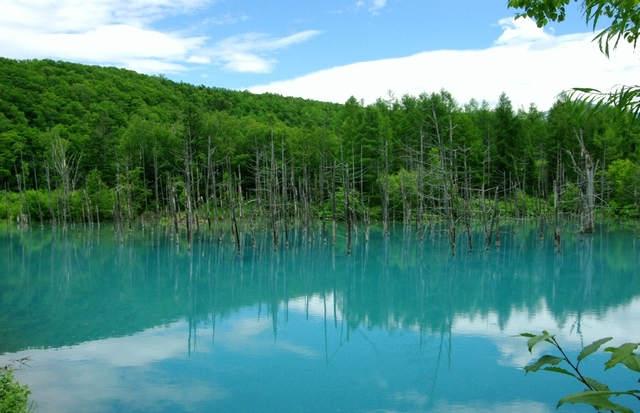 青い池の色は天候で変化する