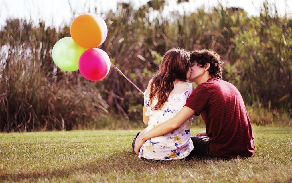 公園でキスをするカップル