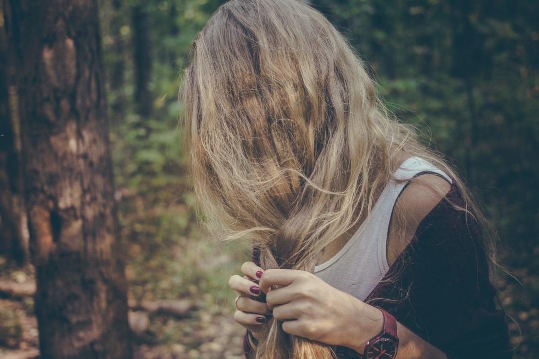 髪の毛をいじっている外国人女性