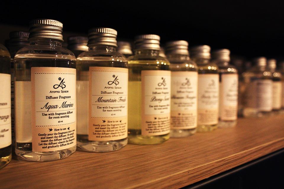 机に並んだお洒落なボトルのアロマオイル