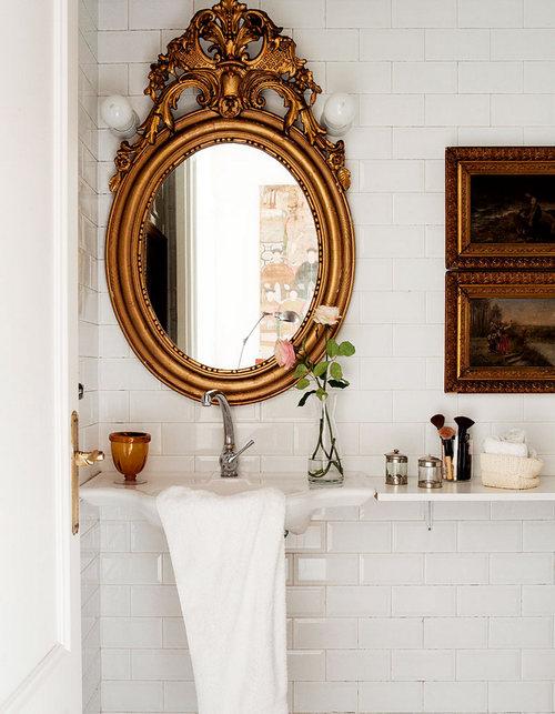 鏡のある化粧室