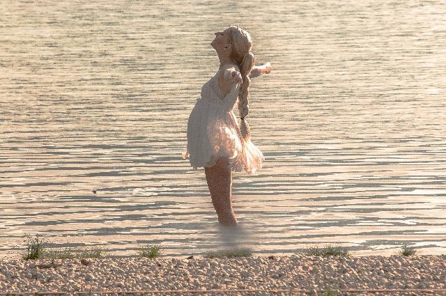 海でリラックスをする妊婦さん