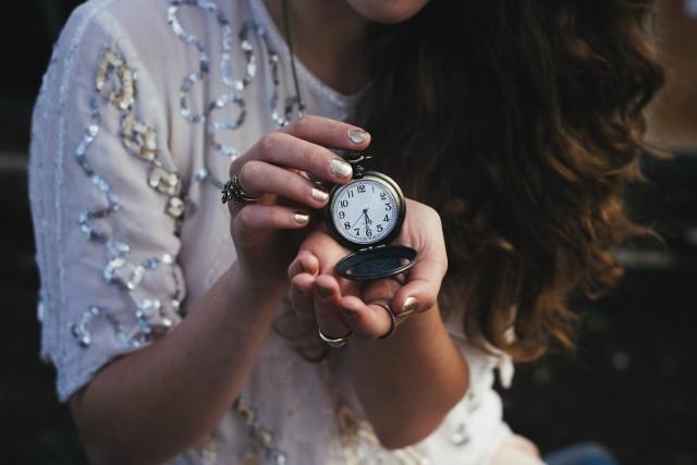 懐中時計を持つ女性