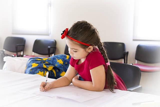 のびのびと学習する女の子