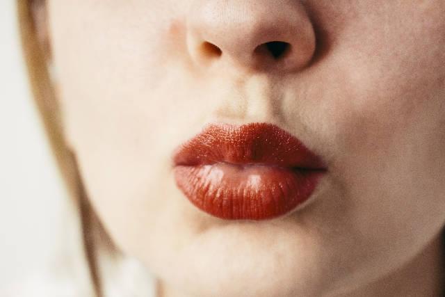 グロスで潤った唇