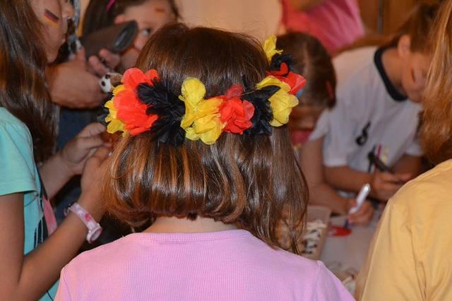 頭に花飾りを付ける女の子
