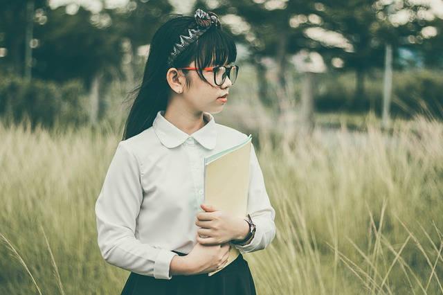ノートを抱く少女
