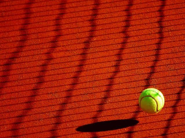テニスコートを転がるテニスボール
