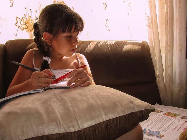 家で勉強する女の子