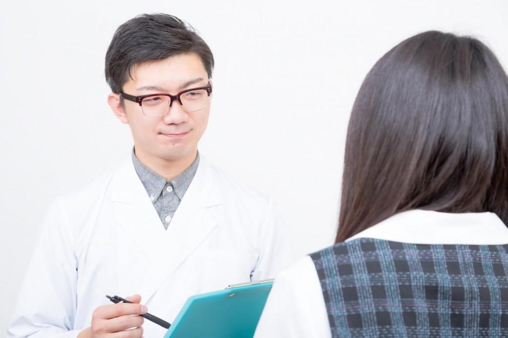 問診をしている医者と女性