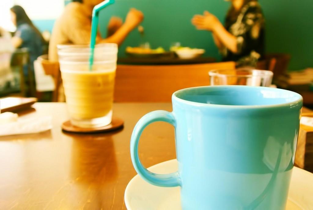 カフェでゆっくりコーヒーを飲んでいる風景