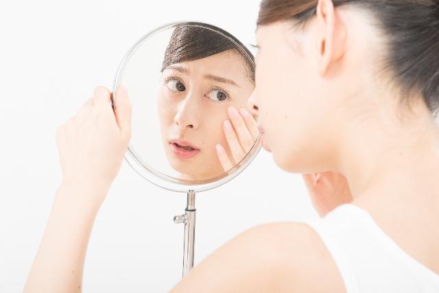 鏡をみて肌状態をチェック