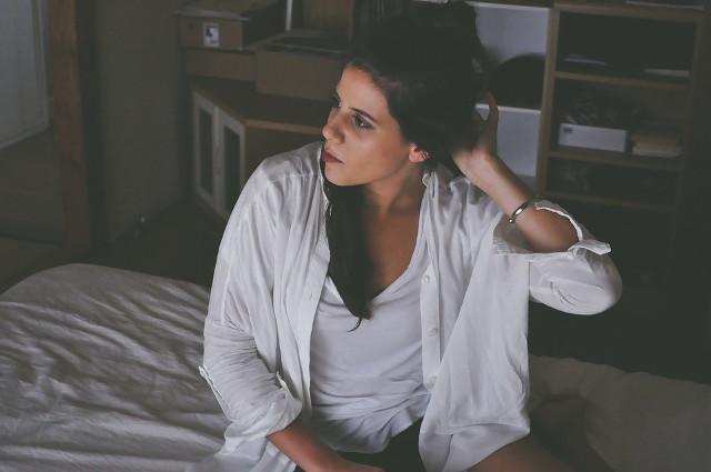 ベッドの上でだらだらする女性