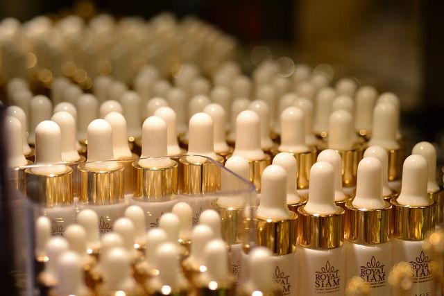 並んだ化粧品のボトル