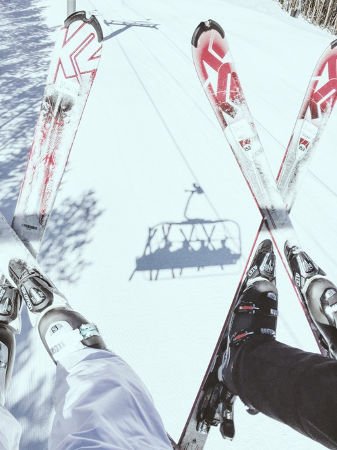 リフトで山頂に向かうスキーヤー