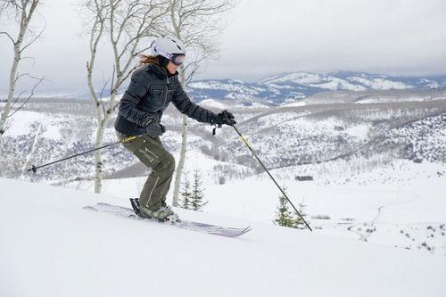 スキーを滑る女性