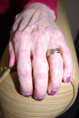 シワが多くや弾力不足の老化の進んだ手