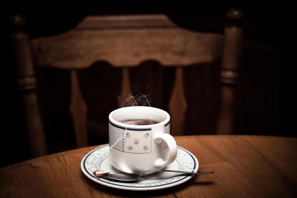 机の上に置かれた淹れ立ての紅茶