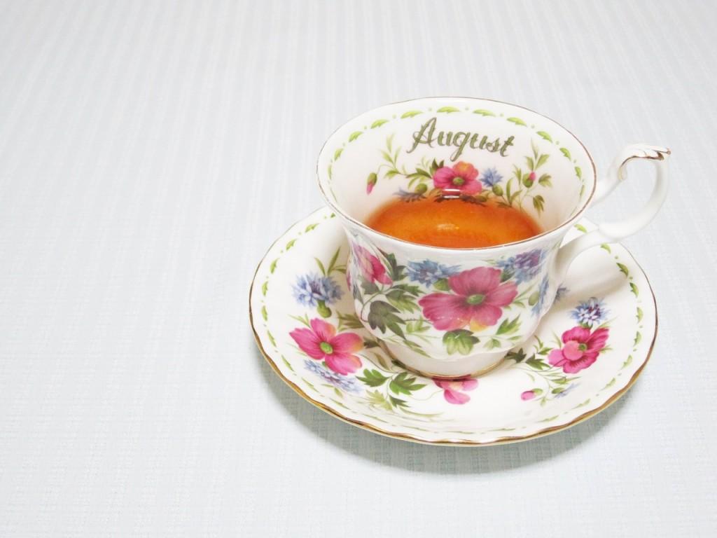 紅茶が注がれている花模様のマグカップ