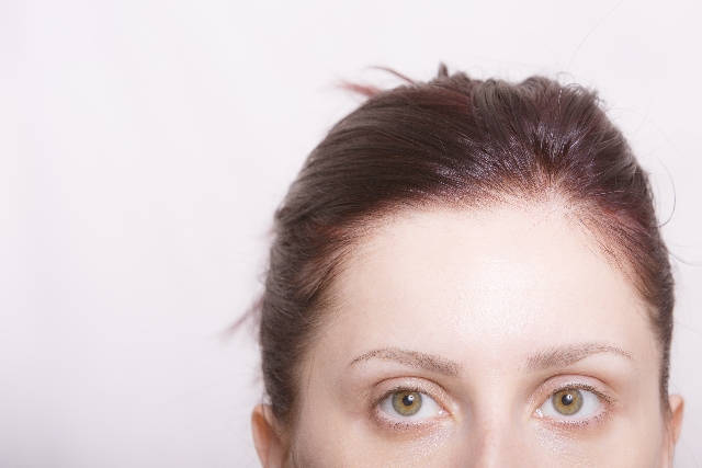 ノーメイク眉毛の女性