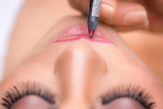 リップライナーで唇の輪郭を描く