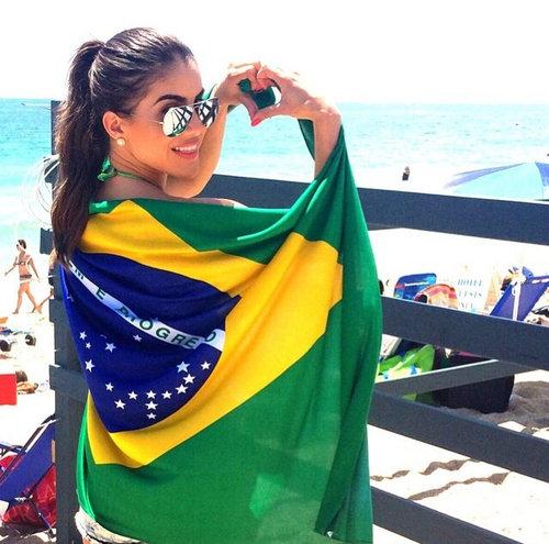 ブラジル国旗をまとう女性