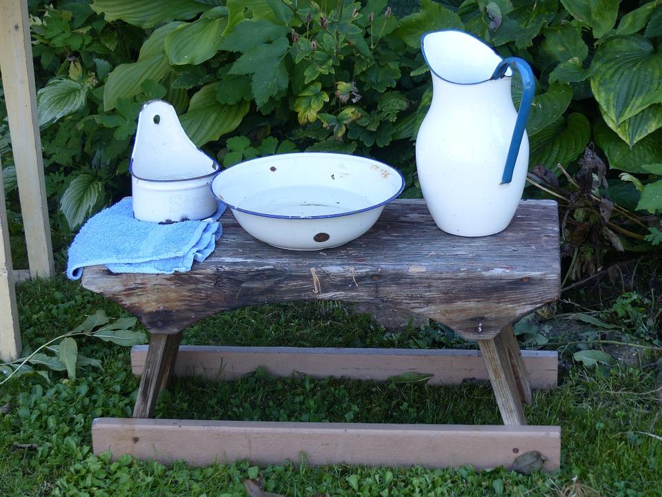 木の椅子に置かれた洗面用具
