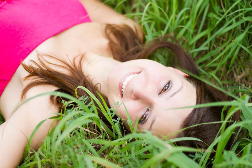 まぶしい笑顔でほほ笑む女性