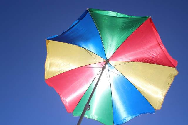 太陽光を遮るパラソル