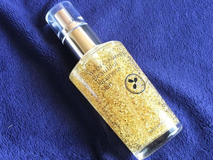 箱から取り出した金箔の化粧水