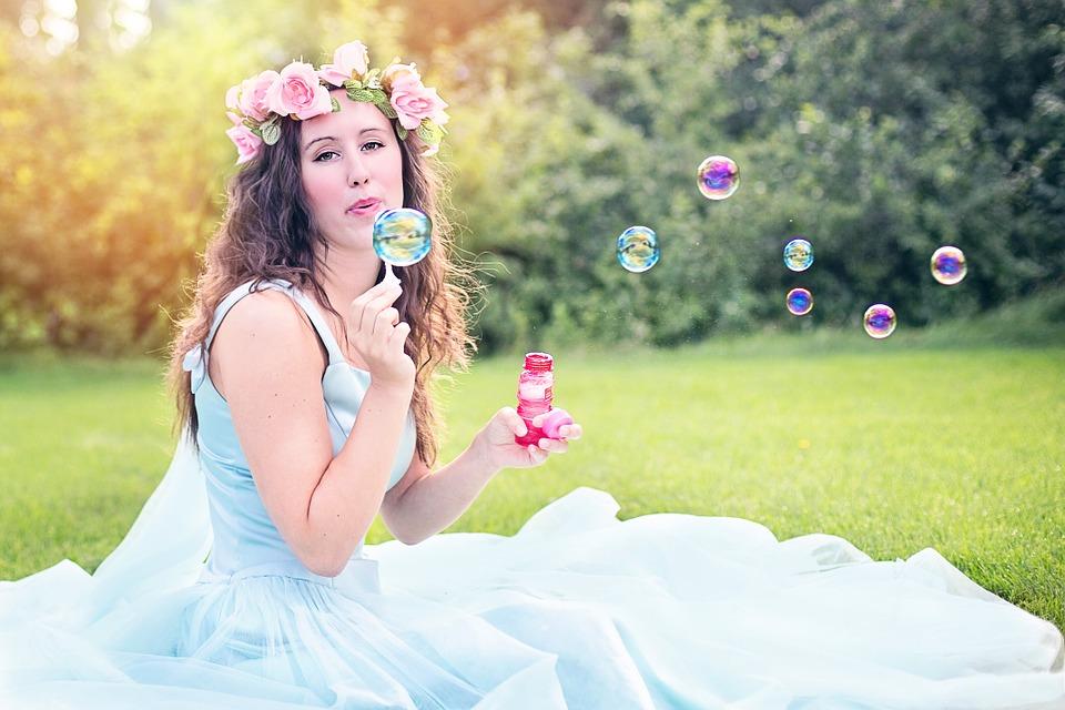 ウェディングドレス姿でシャボン玉を飛ばしている女性